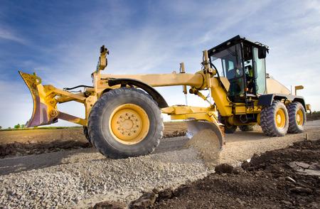 maquinaria pesada: Grader grava nivelación en el sitio de construcción de carreteras