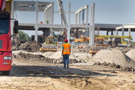 edificio industrial: Ingeniero de construcción supervisar el trabajo en obras de construcción