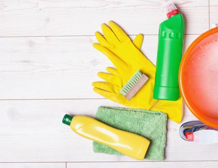 Draufsicht auf Lieferungen und Werkzeuge für das Housekeeping auf dem hellen Laminatbodenreinigung