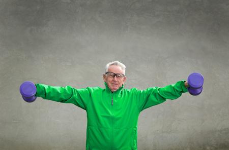 salud y deporte: Hombre mayor en su formación setenta y levantamiento de pesas