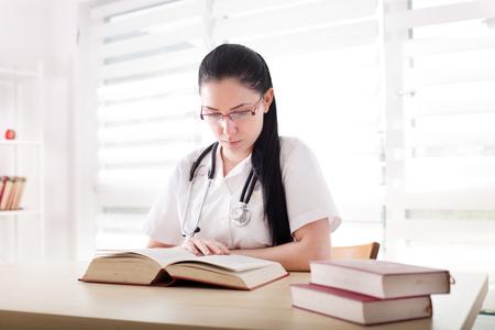 어린 소녀, 공부 하 고 사무실에서 책상에서 책을 연구하는 의학의 학생