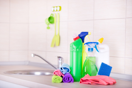 Fuentes de limpieza y equipos en la encimera de la cocina