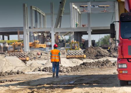 Bauingenieur Überwachung der Arbeiten auf der Baustelle