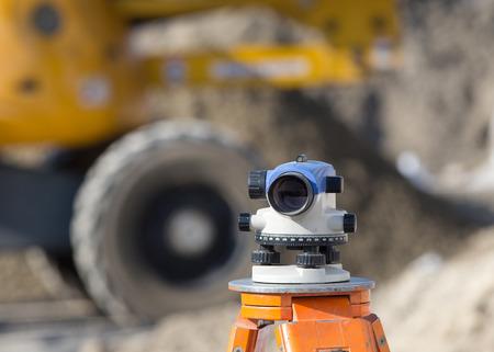 teodolito: Surveying measuring equipment level theodolite on tripod at construction site