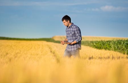 Junger landwirt bei der arbeit  Junger Landwirt Bei Der Arbeit | ambiznes.com