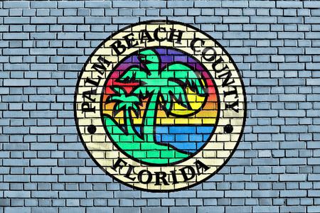 パームビーチ郡の旗は、レンガの壁に描かれました。