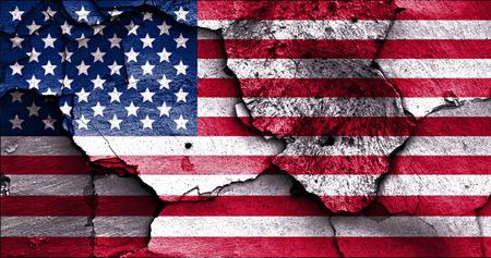 ひびの入った壁にアメリカの国旗が描かれました。