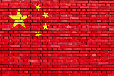 レンガの壁に描かれた中国の旗