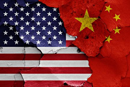 muralla china: banderas de EE.UU. y China pintados en la pared agrietada