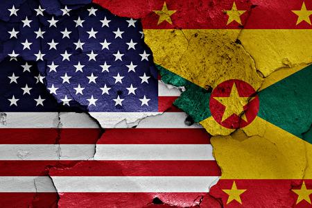 desconfianza: banderas de EE.UU. y Granada pintados en la pared agrietada Foto de archivo