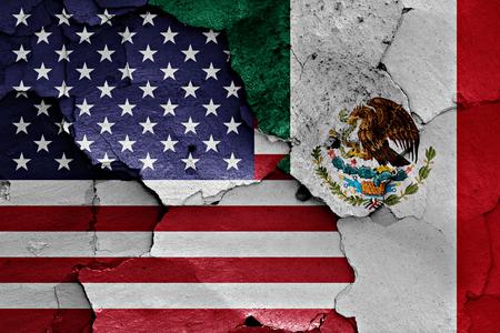 desconfianza: banderas de EE.UU. y M�xico pintados en la pared agrietada Foto de archivo