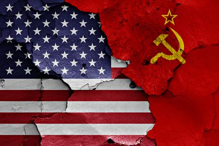 Flagi USA i ZSRR malowane na popękanej ścianie