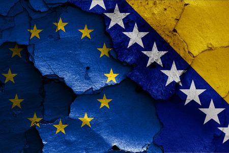 ひびの入った壁に描かれた EU とボスニア ・ ヘルツェゴビナの国旗