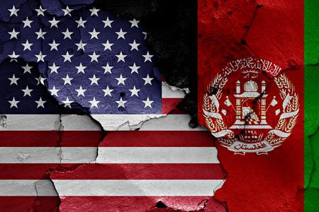 desconfianza: banderas de EE.UU. y Afganistán pintados en la pared agrietada Foto de archivo