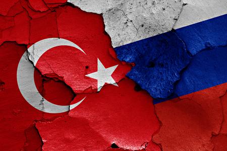 pavo: banderas de Turquía y Rusia pintados en la pared agrietada Foto de archivo