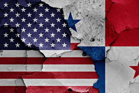 bandera de panama: banderas de EE.UU. y Panamá pintados en la pared agrietada