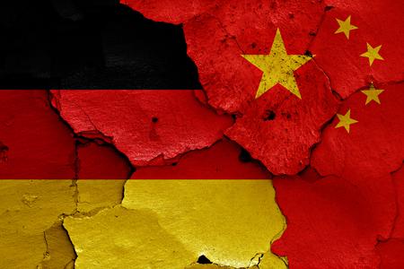bandera de alemania: banderas de Alemania y China pintados en la pared agrietada
