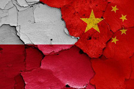 bandera de polonia: banderas de Polonia y China pintados en la pared agrietada