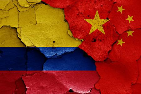 bandera de colombia: banderas de Colombia y China pintados en la pared agrietada Foto de archivo