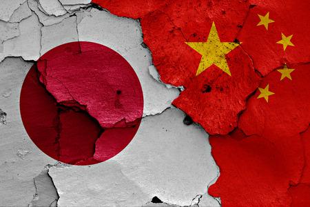muralla china: banderas de Japón y China pintados en la pared agrietada
