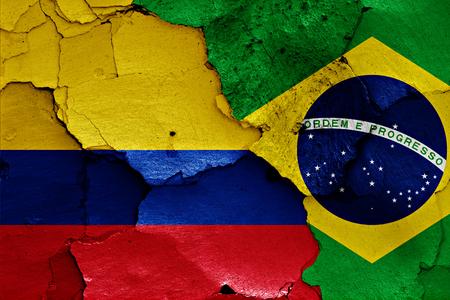 bandera de colombia: banderas de Colombia y Brasil pintados en la pared agrietada