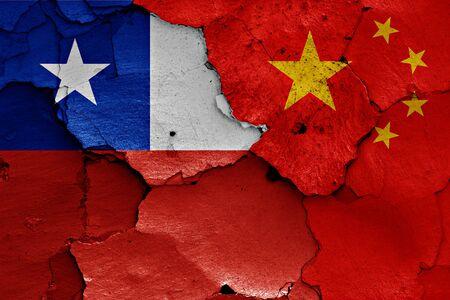 bandera chilena: banderas de Chile y China pintados en la pared agrietada