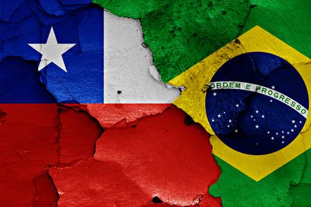 bandera de chile: banderas de Chile y Brasil pintados en la pared agrietada