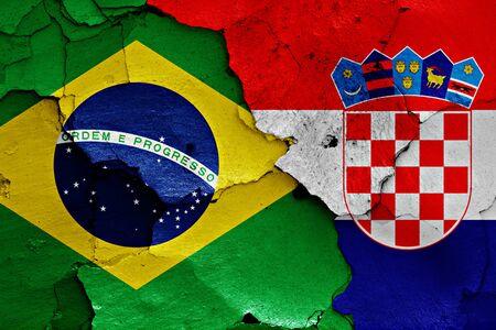 bandera croacia: banderas de Brasil y Croacia pintados en la pared agrietada