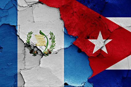 bandera de guatemala: banderas de Guatemala y Cuba pintados en la pared agrietada