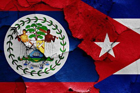 bandera de cuba: banderas de Belice y Cuba pintados en la pared agrietada
