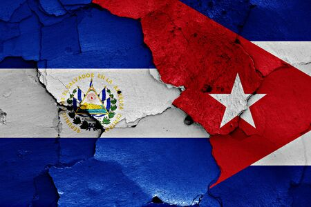 bandera de el salvador: banderas de El Salvador y Cuba pintados en la pared agrietada