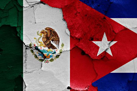 bandera de cuba: banderas de México y Cuba pintados en la pared agrietada Foto de archivo