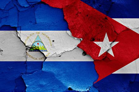 bandera de cuba: banderas de Nicaragua y Cuba pintados en la pared agrietada