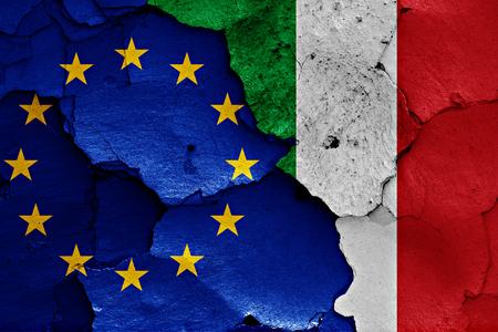 ひびの入った壁に EU とイタリアの国旗が描かれました。