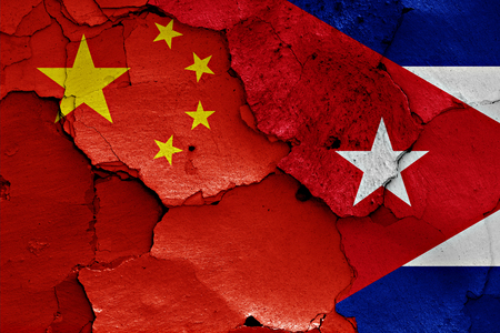 bandera de cuba: banderas de China y Cuba pintados en la pared agrietada