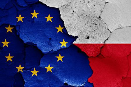 ひびの入った壁に EU とポーランドの国旗が描かれました。
