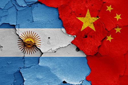 bandera argentina: banderas de la Argentina y China pintados en la pared agrietada Foto de archivo