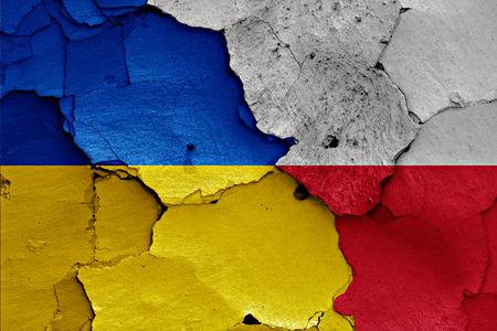 bandera de polonia: banderas de Ucrania y Polonia pintados en la pared agrietada