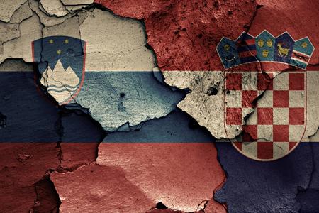 ひびの入った壁にスロベニアとクロアチアの国旗が描かれました。