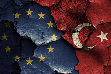 EU とトルコの国旗は、ひびの入った壁に描かれました。