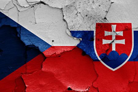 ひびの入った壁にチェコ共和国とスロバキアの国旗が描かれました。