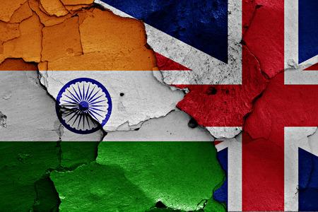 ひびの入った壁にインドと英国の国旗が描かれました。