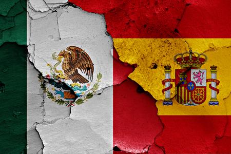 Flaggen Von Spanien Und Rumänien Auf Gebrochener Wand Gemalt