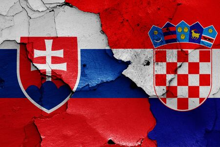 Drapeaux de la Slovaquie et de la Croatie peints sur un mur fissuré Banque d'images