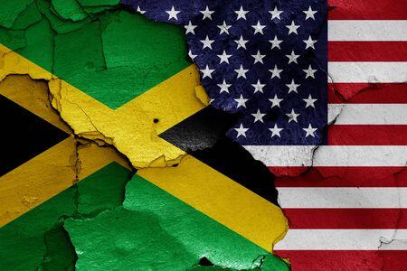 Flaggen von Jamaika und USA gemalt auf rissiger Wand