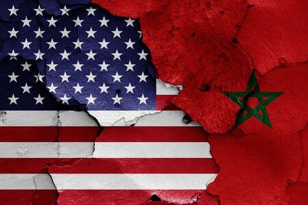 Drapeaux des Etats-Unis et du Maroc peints sur un mur fissuré