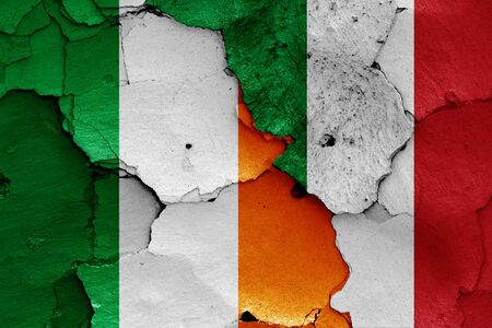 flags of Ireland and Italy painted on cracked wall Zdjęcie Seryjne