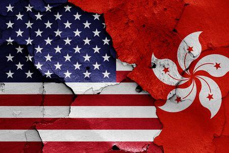 Drapeaux des États-Unis et de Hong Kong peints sur un mur fissuré