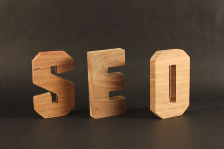 lettre: SEO text from wood letters Holz Buchstaben black Background