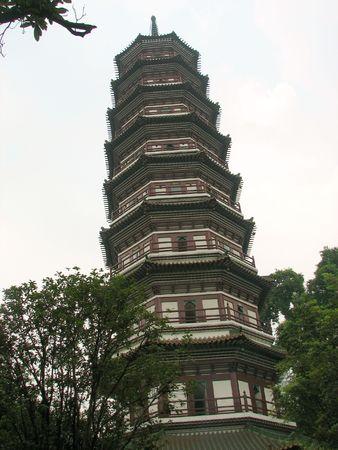 banyan: Se trata de una pagoda apoy�ndose en el Templo de los Seis �rboles Banyan en Cant�n, China.  Foto de archivo